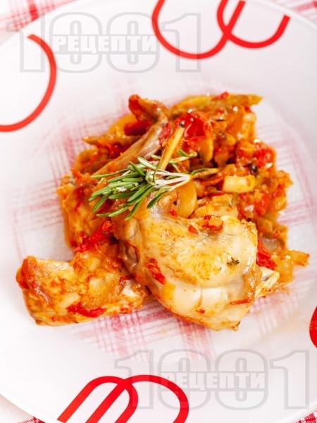 Заешко задушено месо с домати от консерва, червени чушки, лук и розмарин в тенджера - снимка на рецептата